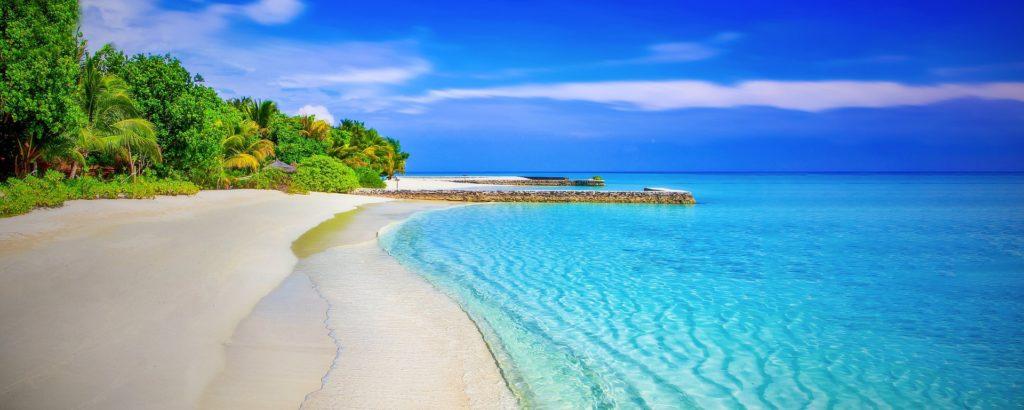 sandy beach blauw water strand