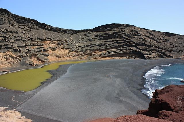 zwarte zandstrand van lanzarote